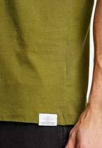 Scotch & Soda - POCKET TEE - T-shirt basic - military green - 3
