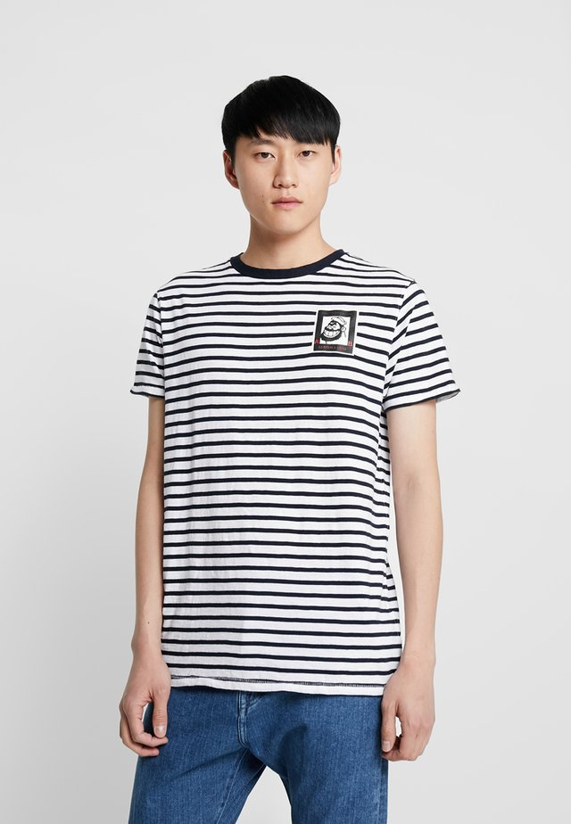 BRUTUS TEE WITH SMALL CHEST ARTWORK - Printtipaita - combo
