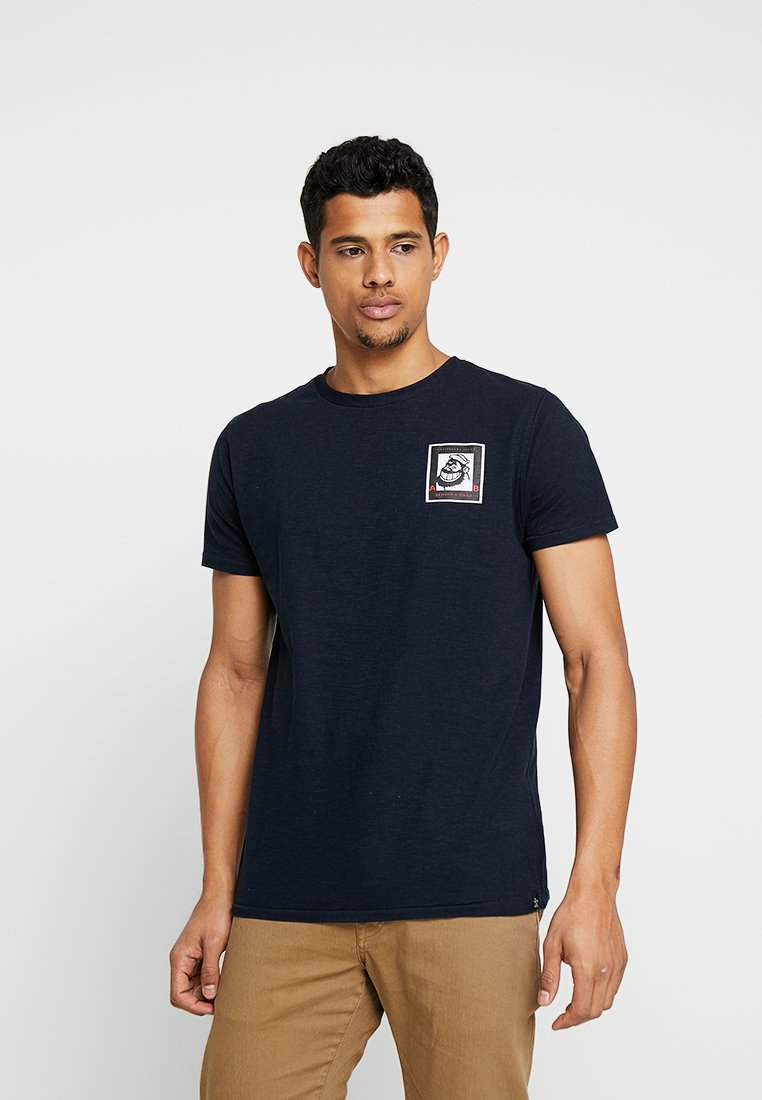 Scotch & Soda - BRUTUS TEE WITH SMALL CHEST ARTWORK - Camiseta estampada - night