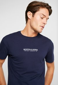 Scotch & Soda - ORGANIC CREWNECK TEE  - T-Shirt print - navy - 4
