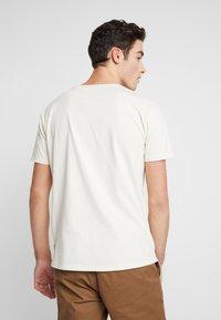 Scotch & Soda - WITH SUBTLE STYLING DETAILS - T-shirt basique - ecru - 2