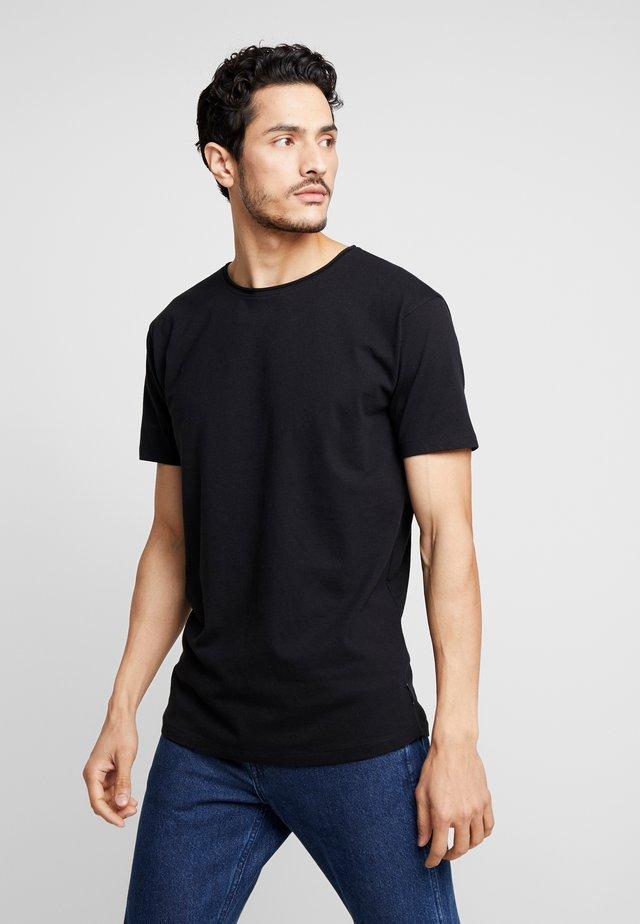 WITH SUBTLE STYLING DETAILS - T-shirt basic - black