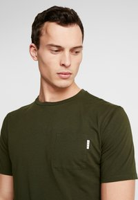 Scotch & Soda - CLASSIC POCKET TEE - T-shirt basic - military green - 4