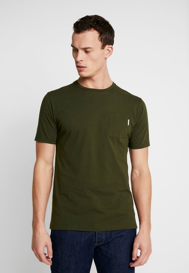 CLASSIC POCKET TEE - Basic T-shirt - military green