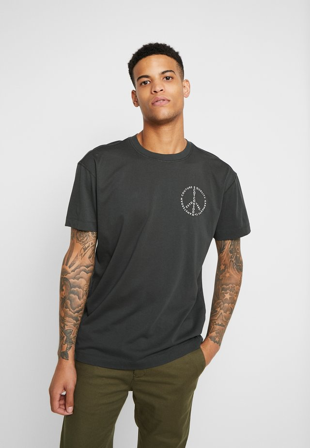 CREWNECK TEE WITH CLEAN LOGO ARTWORK - T-shirt con stampa - army