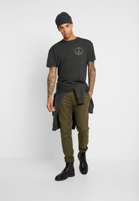 Scotch & Soda - CREWNECK TEE WITH CLEAN LOGO ARTWORK - T-shirt print - army - 1
