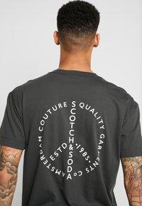 Scotch & Soda - CREWNECK TEE WITH CLEAN LOGO ARTWORK - T-shirt print - army - 5