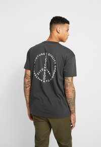 Scotch & Soda - CREWNECK TEE WITH CLEAN LOGO ARTWORK - T-shirt print - army - 2