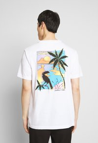 Scotch & Soda - SUMMER ARTWORK TEE WITH CHEST EMBROIDERY - Triko s potiskem - off white - 2