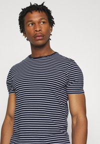 Scotch & Soda - EASY CREWNECK TEE - T-shirt print - dark blue/white - 4