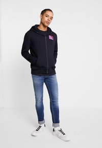 Scotch & Soda - CLASSIC ZIP THROUGH WITH CHEST BADGE - Zip-up hoodie - night - 1