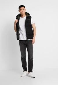 Scotch & Soda - CLASSIC HOODED QUILTED BODYWARMER - Chaleco - black - 1