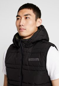 Scotch & Soda - CLASSIC HOODED QUILTED BODYWARMER - Chaleco - black - 3