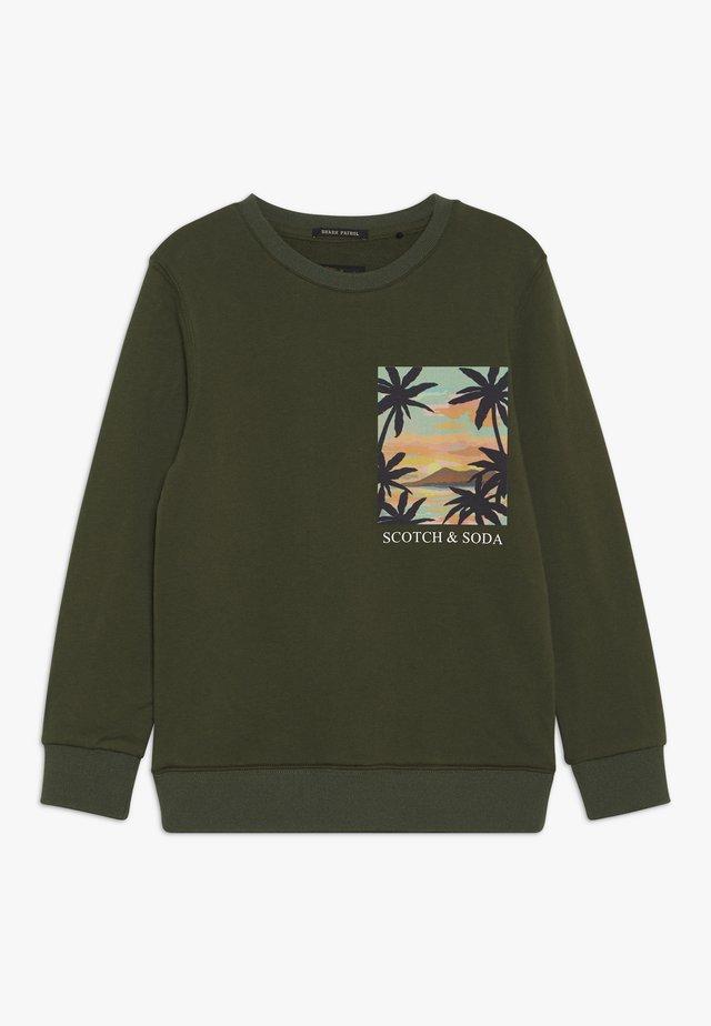 CREWNECK WITH POSTCARD ARTWORK - Sweater - military