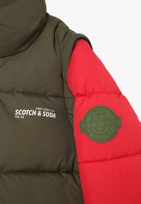 Scotch & Soda - COLOUR BLOCK JACKET WITH DETACHABLE SLEEVES - Winterjas - green/red - 4