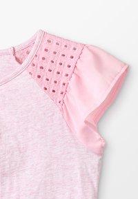 Scotch & Soda - MIXED TEE WITH PLEATED HEM - T-shirts med print - flamingo melange - 2