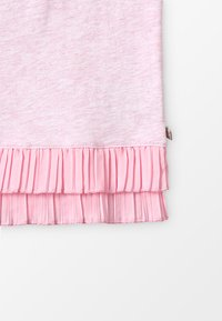 Scotch & Soda - MIXED TEE WITH PLEATED HEM - T-shirts med print - flamingo melange - 4