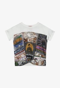 Scotch & Soda - OVERSIZED SHORT SLEEVE TEE WITH PRINTED FRONT PANEL - Blouse - white - 2