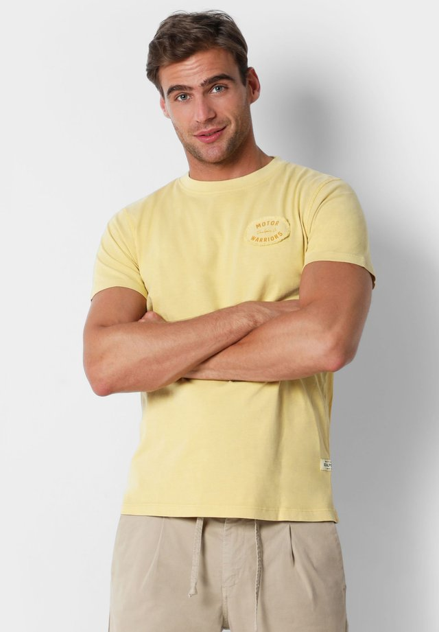 WITH EMBROIDERY ON THE CHEST - T-shirt basique - mustard