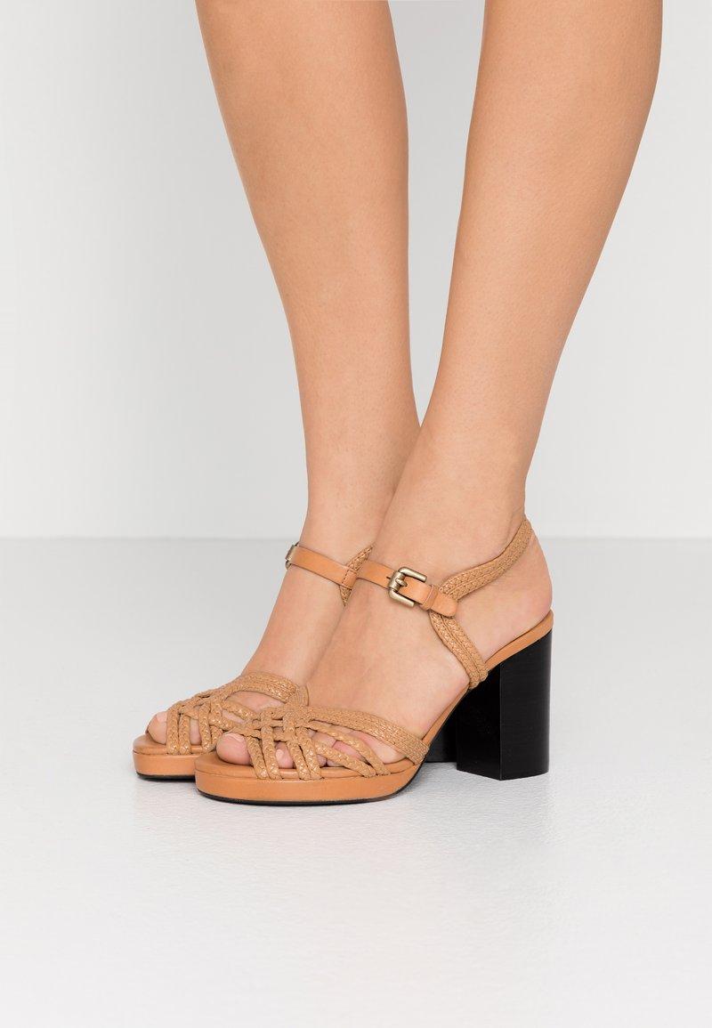 See by Chloé - Sandály na vysokém podpatku - grano