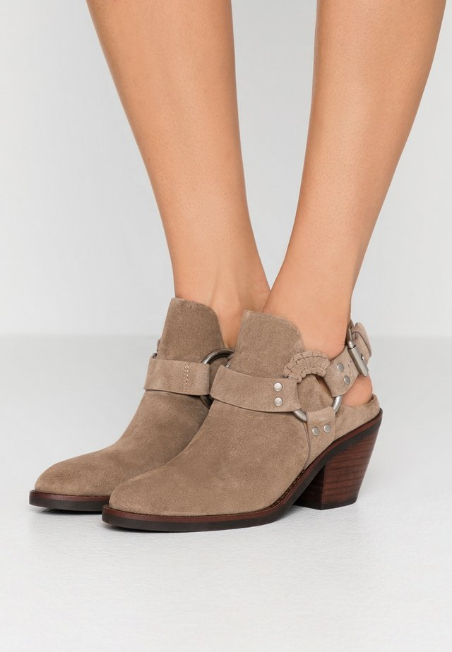 High Heel Stiefelette - taupe