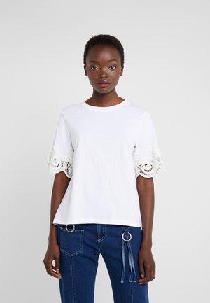 T-shirt z nadrukiem - white powder