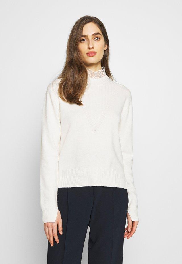 Stickad tröja - confident white