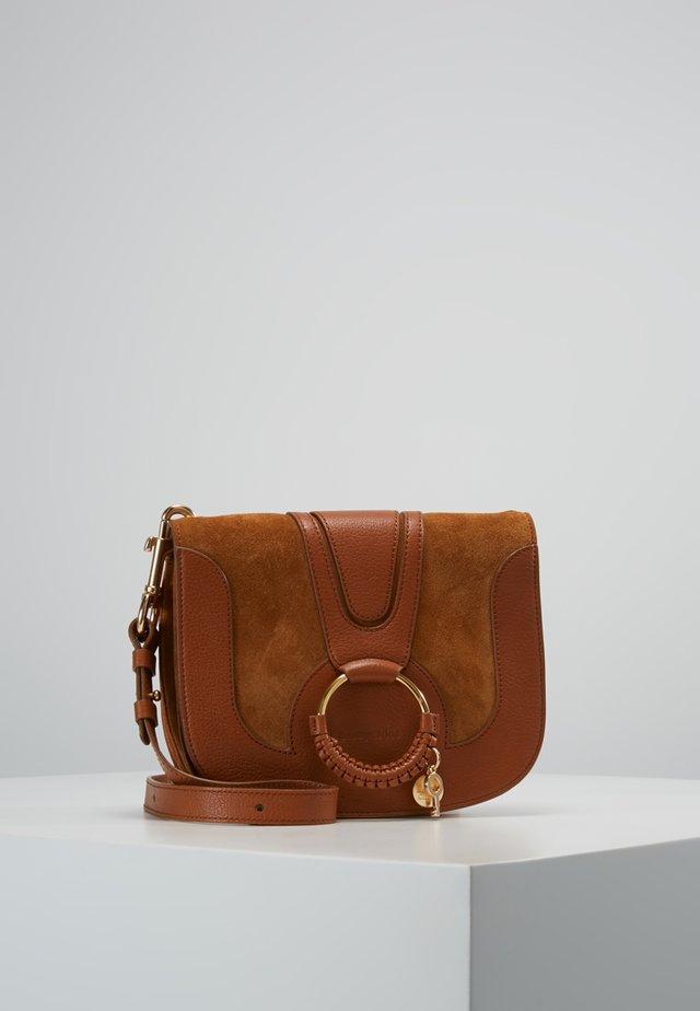 HANA SMALL - Taška spříčným popruhem - caramello