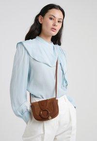 See by Chloé - HANA MINI - Across body bag - caramello - 1