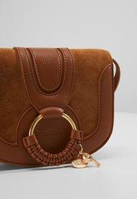 See by Chloé - HANA MINI - Across body bag - caramello - 6