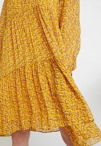 Second Female - BRANCH MIDI DRESS - Kjole - daffodil - 6