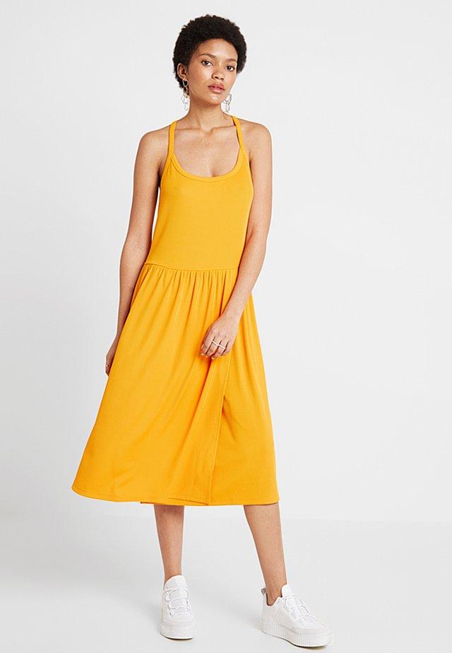 MINNA STRAP DRESS - Jerseykleid - cadmium yellow