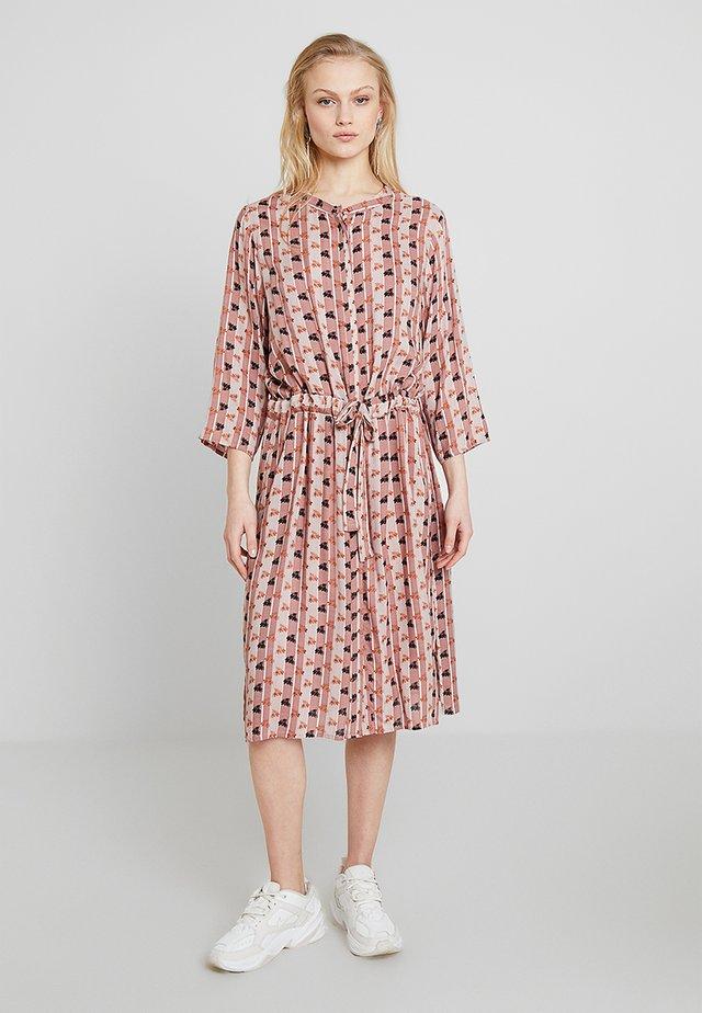 DESIRELY DRESS - Blusenkleid - burl wood
