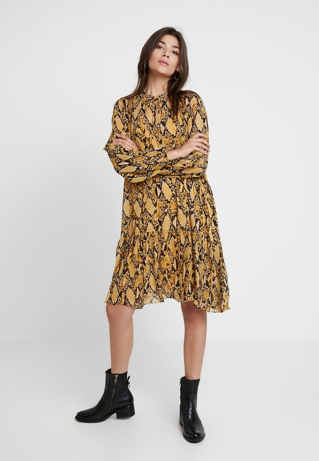 SNAKE MIDI DRESS - Korte jurk - chai tea