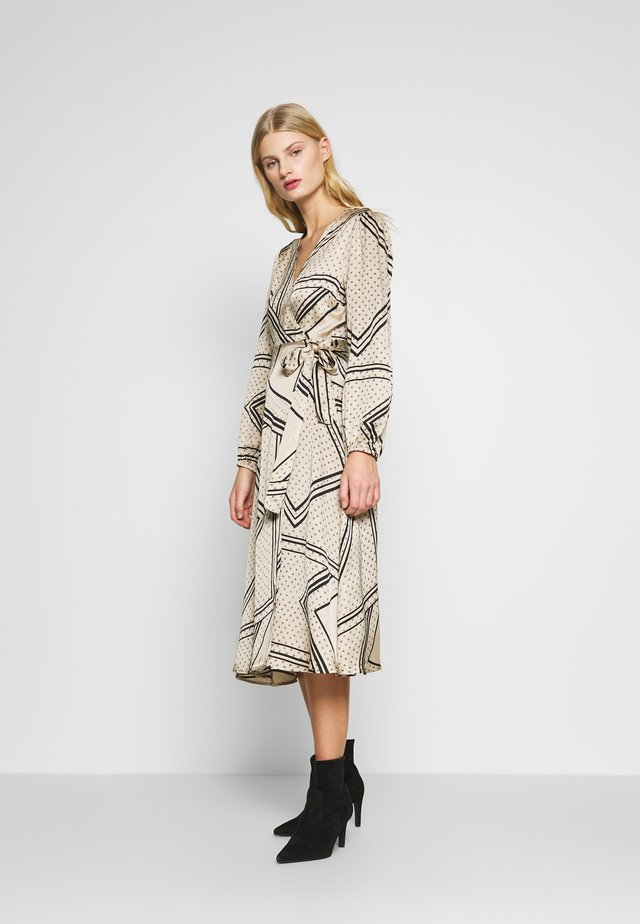 ISA WRAP DRESS - Korte jurk - abbey stone
