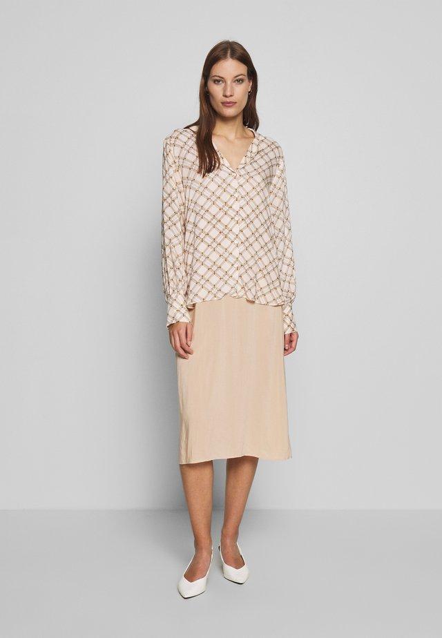 KATT - Skjortklänning - creme de peche
