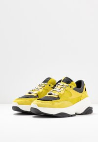 Selected Femme - SLFGAVINA TRAINER - Sneakers laag - safety yellow - 4