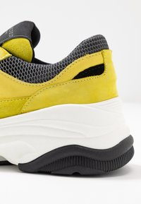 Selected Femme - SLFGAVINA TRAINER - Sneakers laag - safety yellow - 2