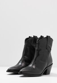 Selected Femme - SLFANNIE CLEAN BOOT - Botki kowbojki i motocyklowe - black - 4