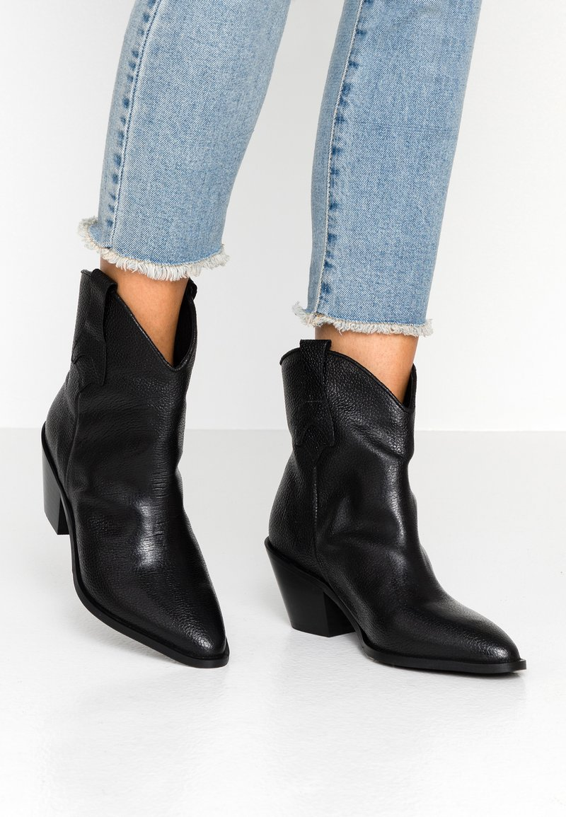 Selected Femme - SLFANNIE CLEAN BOOT - Cowboy/biker ankle boot - black
