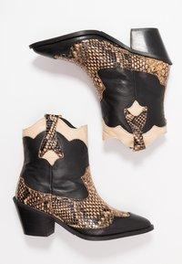 Selected Femme - SLFANNIE MIX BOOT - Cowboy-/Bikerlaarsjes - black - 3