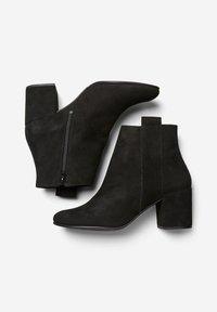 Selected Femme - SLFSANA NEW BOOT - Botines - black - 1