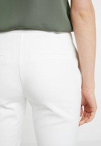 Selected Femme - SLFMUSI CROPPED PANT - Kalhoty - snow white - 3