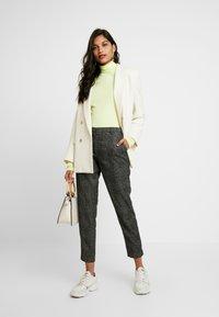 Selected Femme - SLFMUSI CROPPED PANT - Kalhoty - black/melange - 2