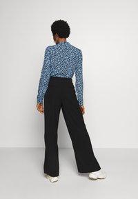 Selected Femme - SLFMAYA FLARED SLIT PANT - Stoffhose - black - 2