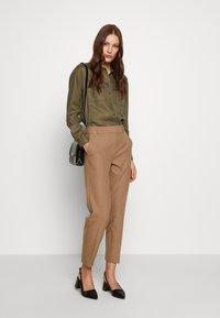 Selected Femme - SLFRIA CROPPED PANT - Bukse - camel/melange - 1