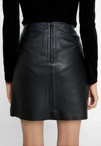 Selected Femme - SLFNINI SKIRT - Falda de cuero - black - 3