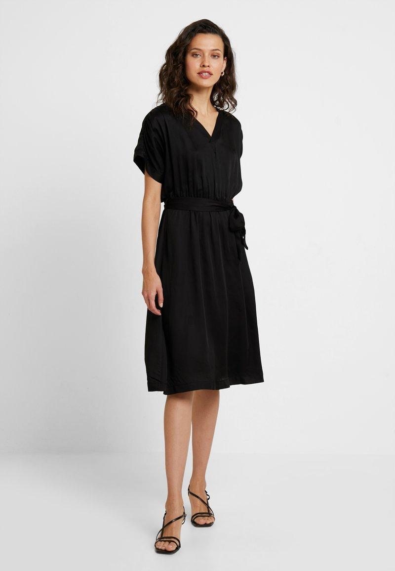 Selected Femme - SLFQUINCY VIENNA MIDI DRESS - Korte jurk - black