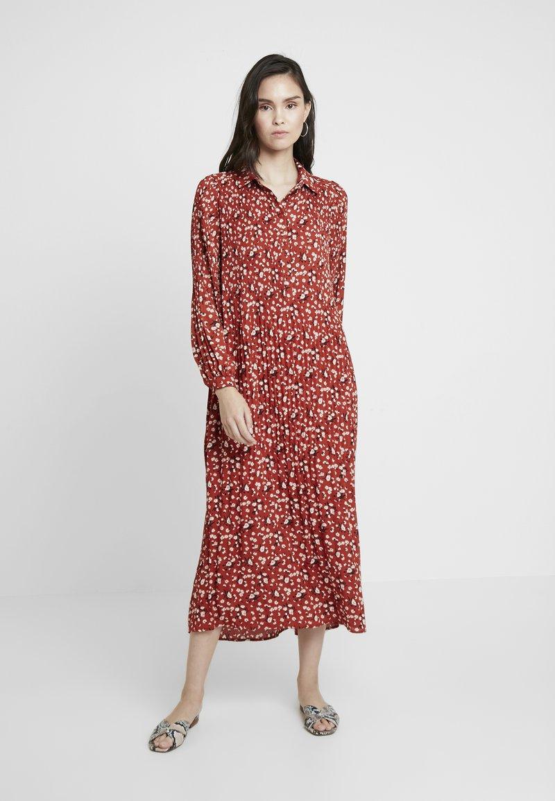 Selected Femme - SLFPOPPY DRESS - Maxikjoler - chili oil
