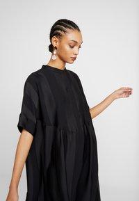 Selected Femme - SLFVIOLA OVERSIZE DRESS - Košilové šaty - black - 4
